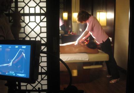 """让帅气的男模特""""合理""""的出现在酒店内的各个场所中"""